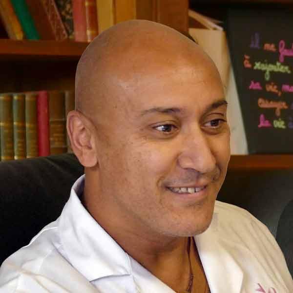 Docteur B. YAZIT en consultation psychiatrique à la Clinique de Miremont